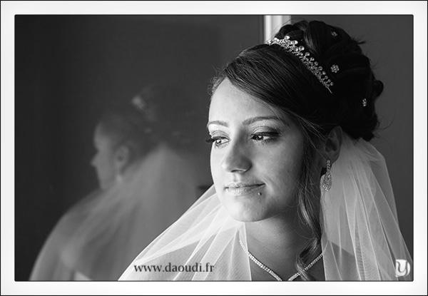 Portrait mariée pendant les préparatifs