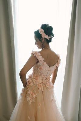 Belle femme mariée avec sa robe