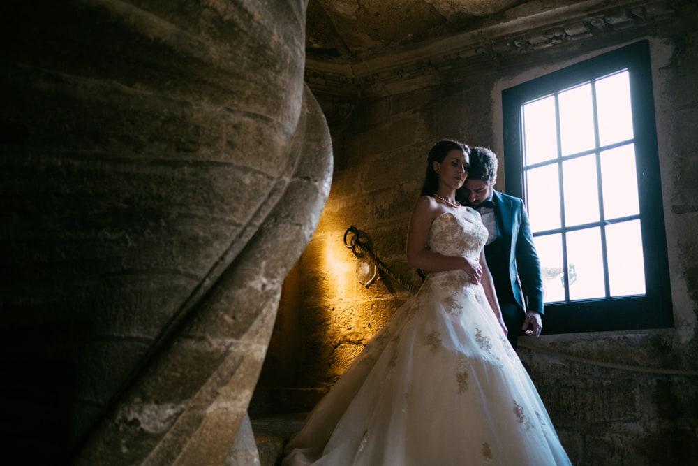 Couple mariés sur les marches