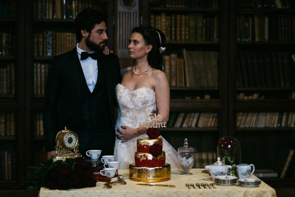 Couple marié devant pièce montée