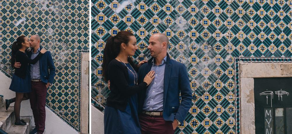 Couple avec mur mosaïque